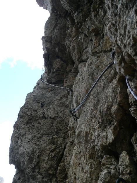 Foto: Manfred Karl / Klettersteig Tour / Via ferrata Masarè auf die Rotwand / Der kurze, sehr steile Abstieg in die Scharte vor dem Rotwandanstieg / 12.05.2009 19:16:22
