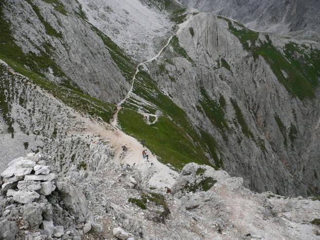 Foto: Manfred Karl / Klettersteig Tour / Via ferrata Masarè auf die Rotwand / Tiefblick in den Vaiolonpass / 12.05.2009 19:12:39