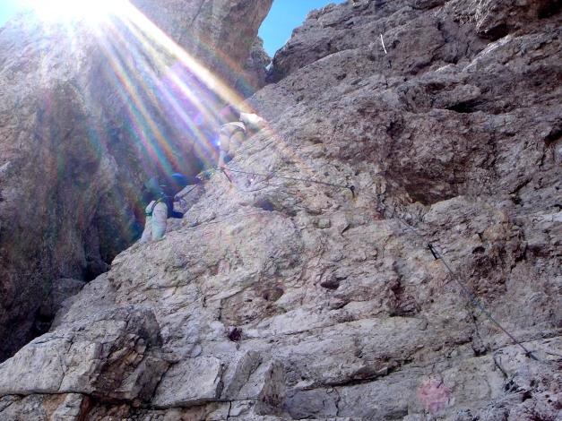 Foto: Manfred Karl / Klettersteig Tour / Via ferrata Averau / In der kurzen Steilstufe des Klettersteiges / 12.05.2009 18:58:23