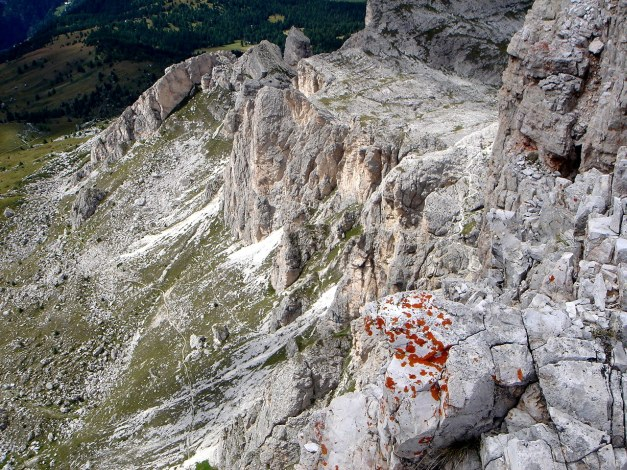 Foto: Manfred Karl / Klettersteig Tour / Via ferrata Averau / Tiefblick über die Südabstürze des Averau / 12.05.2009 18:56:37