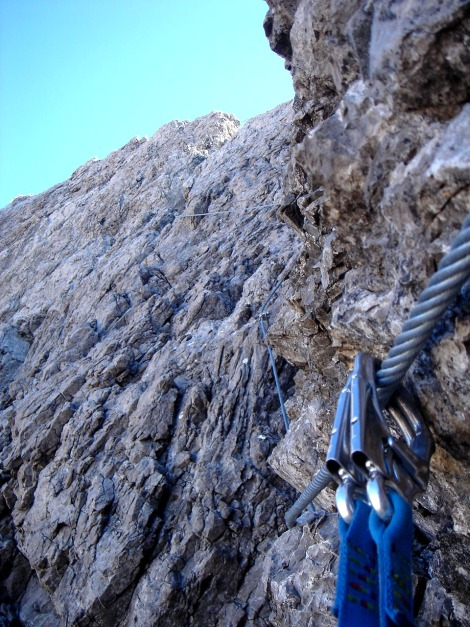Foto: Manfred Karl / Klettersteig Tour / Seekofel Klettersteig / Die wohl schönste Stelle des Klettersteiges: Die steile Wand zum Eggerturm / 14.05.2009 23:07:30