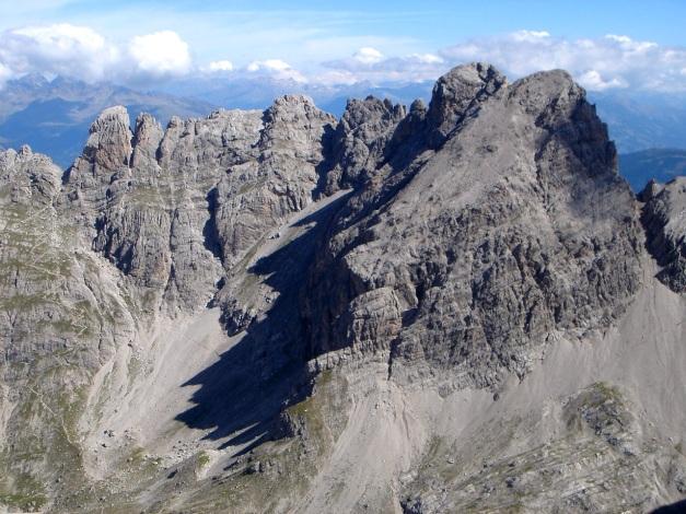 Foto: Manfred Karl / Klettersteig Tour / Seekofel Klettersteig / Der Gratzug vom Roten Turm zur Sandspitze, teilweise durch den Panorama Klettersteig erschlossen. / 14.05.2009 22:56:58