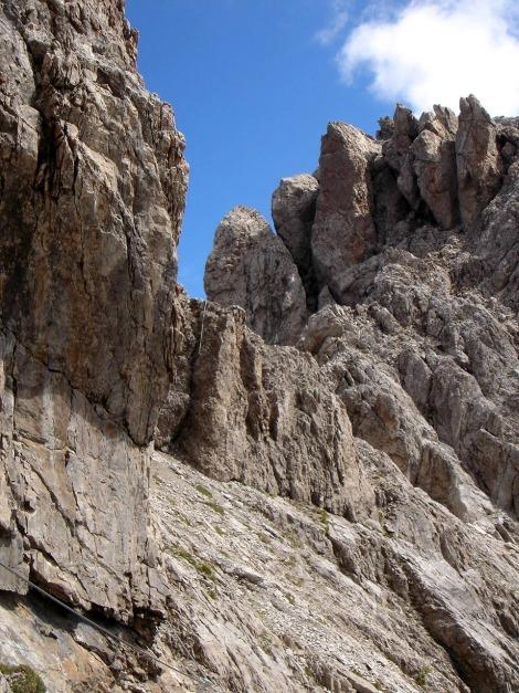 Foto: Manfred Karl / Klettersteig Tour / Seekofel Klettersteig / Der kurze Riss in der Querung des Eggerturmes beim Abstieg / 14.05.2009 22:51:17