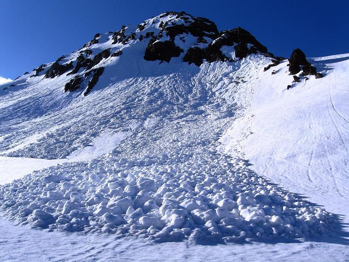 Foto: Andreas Koller / Ski Tour / Rassige Frühjahrstour auf die Schermerspitze (3117 m) / Lawinenkegel beim Aufstieg / 19.05.2009 01:55:12