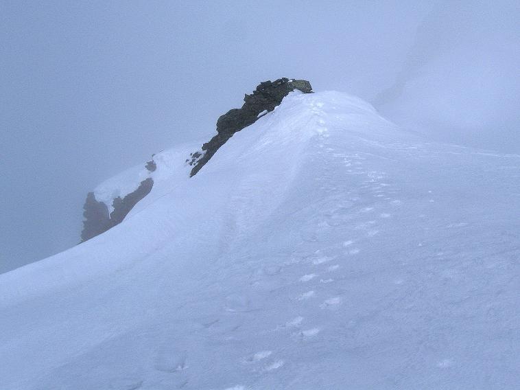 Foto: Andreas Koller / Ski Tour / Rassige Frühjahrstour auf die Schermerspitze (3117 m) / Der NW-Grat im Nebel / 19.05.2009 01:48:23