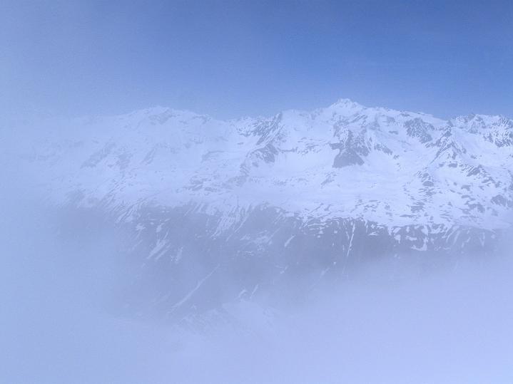 Foto: Andreas Koller / Ski Tour / Rassige Frühjahrstour auf die Schermerspitze (3117 m) / Durch den Nebel erkentn man die Wildspitze (3774 m) / 19.05.2009 01:46:27