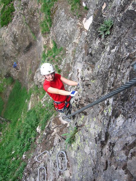 Foto: Andreas Koller / Klettersteig Tour / Stuibenfall Klettersteig (1460m) / Die Schlüsselstellen in der sher luftigen Wand mit teils überhängenden Passagen (B/C bis C) / 25.05.2009 18:48:02