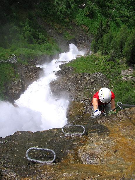 Foto: Andreas Koller / Klettersteig Tour / Stuibenfall Klettersteig (1460m) / Die sehr reizvolle, aber exponierte Wasserfall Kante (B/C) / 25.05.2009 18:45:41