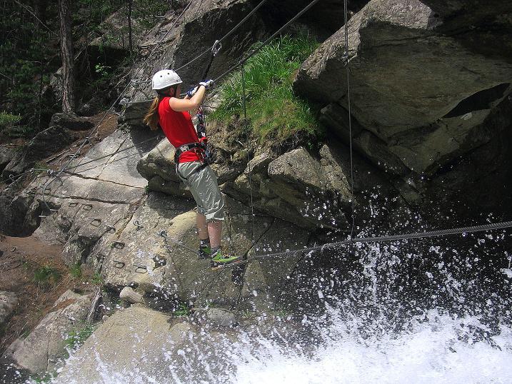 Foto: Andreas Koller / Klettersteig Tour / Stuibenfall Klettersteig (1460m) / Einseilbrücke über die Abbruchkante des Stuibenfalls (B/C) / 25.05.2009 18:43:59
