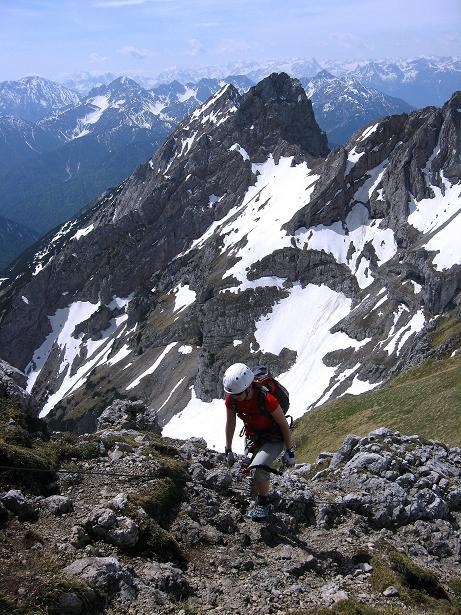 Foto: Andreas Koller / Klettersteig Tour / Karwendelspitze Klettersteig (2385m) / Die Stubaier Alpen bilden den Hintergrund / 27.05.2009 23:13:20