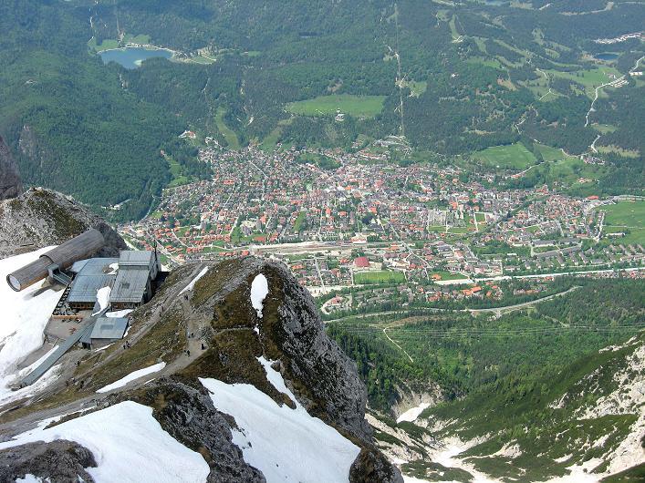 Foto: Andreas Koller / Klettersteig Tour / Karwendelspitze Klettersteig (2385m) / Tiefblick nach Mittenwald / 27.05.2009 23:07:15