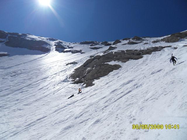 Foto: Ulf / Ski Tour / Marmolada Nordwestflanke / Zwei Italiener nach Abfahrt durch NW ziemlich fertig.<br>(standen ca. 30 Min. regungslos in der Wand und warteten vergebens auf auffirnen). Rechts Skibergsteiger über Normalweg richtung Nordostschulter. / 01.06.2009 15:25:03