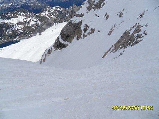 Foto: Ulf / Ski Tour / Marmolada Nordwestflanke / Abfahrt über Nordostschulter bereits tiefer Sumpf, Nordwestflanke vom Gipfel weg aber noch bockhart. / 01.06.2009 15:30:56