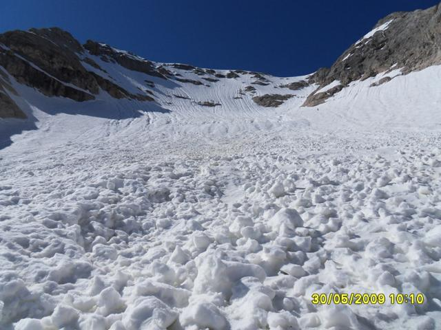 Foto: Ulf / Ski Tour / Marmolada Nordwestflanke / Blick auf Nordwand.<br>Aufstieg rechts der Lawinenbahn problemlos. / 01.06.2009 15:22:07