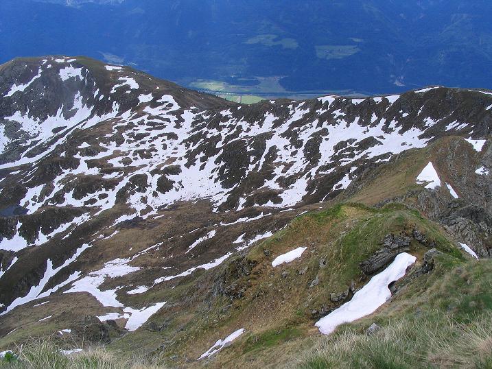 Foto: Andreas Koller / Wander Tour / Einsame Tour auf die Hochtristen (2536m) / Tiefblick auf die Anstiegsroute über den Nassfeldriegel (2238 m) / 03.06.2009 21:37:42