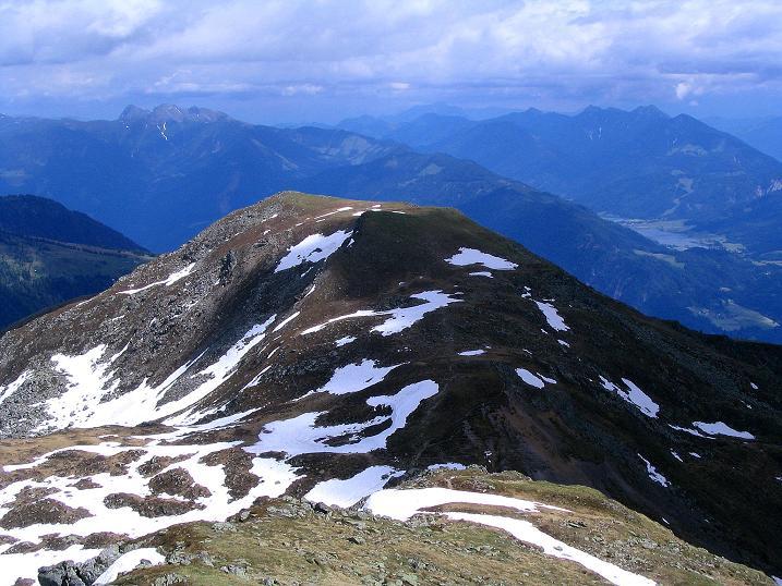 Foto: Andreas Koller / Wander Tour / Einsame Tour auf die Hochtristen (2536m) / Blick über den Nassfeldriegel (2238 m) nach S / 03.06.2009 21:33:59