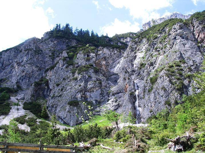 Foto: Andreas Koller / Klettersteig Tour / Klettersteig Siega (1510m) / Die Karwand mit Wasserfall / 04.06.2009 21:44:04