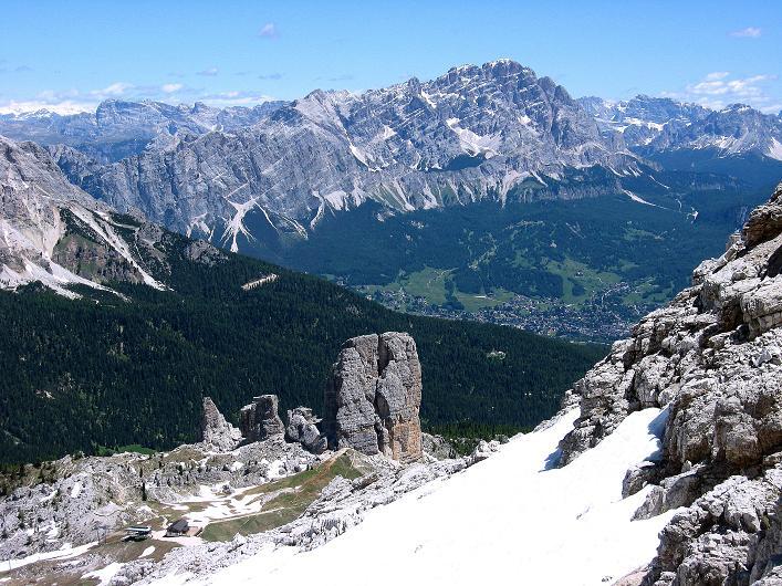 Foto: Andreas Koller / Klettersteig Tour / Via ferrata Averau neu (2649m) / Blick über die Cinque Torri ins Tal nach Cortina d'Ampezzo und darüber das Cristallo-Massiv (3221 m) / 15.06.2009 23:54:11