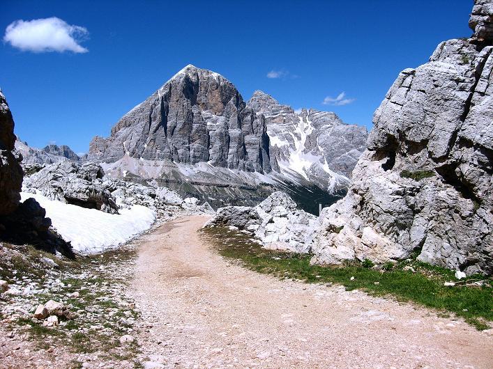 Foto: Andreas Koller / Klettersteig Tour / Via ferrata Averau neu (2649m) / Abstieg mit Blick auf die Tofana de Rozes (3225 m) / 15.06.2009 23:47:06