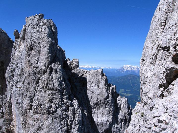 Foto: Andreas Koller / Wander Tour / Normalroute auf die Große Bischofsmütze (2459 m)  / Hochkönig (2943 m) und die Hohen Tauern schauen durch die Kleine Bischofsmütze / 16.06.2009 23:28:59