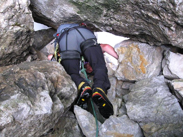 Foto: Andreas Koller / Wander Tour / Normalroute auf die Große Bischofsmütze (2459 m)  / Unterm Klemmblock hindurch zum weiteren Abseilen / 16.06.2009 23:22:44