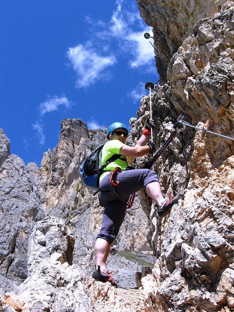 Foto: Andreas Koller / Klettersteig Tour / Via ferrata Col dei Bos / Via ferrata della Piramide (2559m) / Einstieg in die leicht überhängende Schlüsselstelle D / 19.06.2009 23:37:37