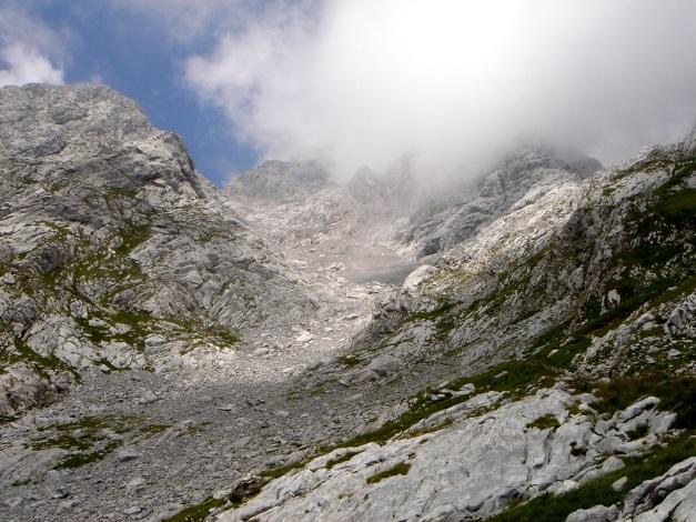 Foto: Manfred Karl / Klettersteig Tour / Hohe Warte – Weg der 26er - Überschreitung aus dem Wolayer Tal  / Rückblick auf das lange Kar, durch das der erste Teil des Abstieges verläuft. / 17.07.2009 17:35:48