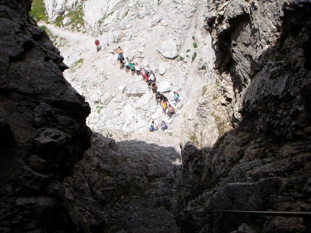 Foto: Manfred Karl / Klettersteig Tour / Hohe Warte – Weg der 26er - Überschreitung aus dem Wolayer Tal  / Gegenverkehr - eine italienische Schulklasse! / 17.07.2009 17:37:08