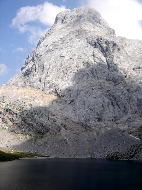 Foto: Manfred Karl / Klettersteig Tour / Hohe Warte – Weg der 26er - Überschreitung aus dem Wolayer Tal  / Die mächtige Seewarte bietet ebenfalls interessante Kletterrouten! / 17.07.2009 17:38:05