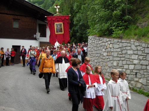 Foto: Samson / Wander Tour / Grossglockner Wallfahrt / Feierlicher Einzug in Heiligenblut nach der Glocknerwallfahrt. / 29.06.2009 17:31:50