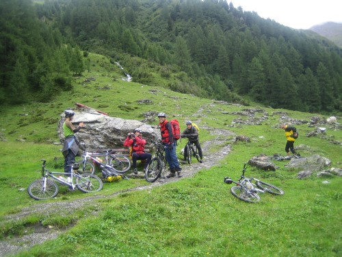 Foto: hofsab / Mountainbike Tour / Rund um den Olperer über Tuxer Joch (2338 m) - 3 Tagestour / warten auf die, die sicherheitshalber schieben / 26.08.2009 20:09:39