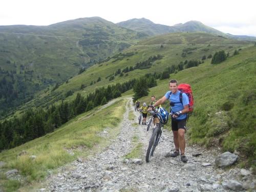 Foto: hofsab / Mountainbike Tour / Rund um den Olperer über Tuxer Joch (2338 m) - 3 Tagestour / Schiebestecke von der Sattelalm auf den Sattelberg / 26.08.2009 20:11:29