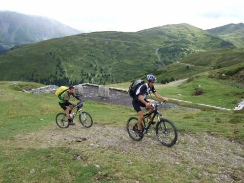 Foto: hofsab / Mountainbike Tour / Rund um den Olperer über Tuxer Joch (2338 m) - 3 Tagestour / der Beginn der Grenzkammstraße / 26.08.2009 20:11:51