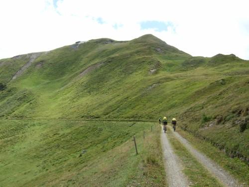 Foto: hofsab / Mountainbike Tour / Rund um den Olperer über Tuxer Joch (2338 m) - 3 Tagestour / gemütlich radlt man zum Flachjoch rüber / 26.08.2009 20:16:46