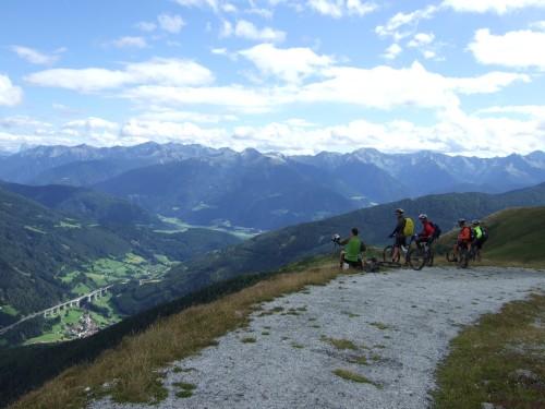 Foto: hofsab / Mountainbike Tour / Rund um den Olperer über Tuxer Joch (2338 m) - 3 Tagestour / unten die Brennerautobahn / 26.08.2009 20:25:03