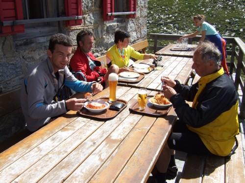 Foto: hofsab / Mountainbike Tour / Rund um den Olperer über Tuxer Joch (2338 m) - 3 Tagestour / Stärkung für die Abfahrt / 26.08.2009 20:39:26