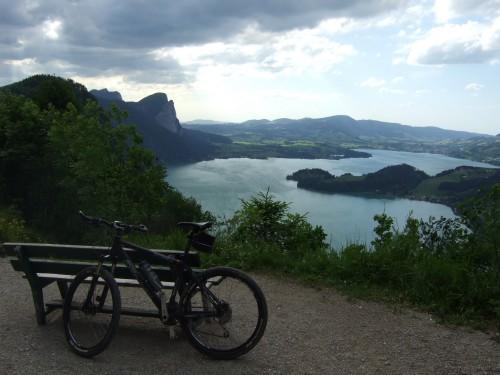 Foto: hofsab / Mountainbike Tour / Eisenaueralm (1015 m) mit Schwarzensee / anfangs steile Abfahrt von der Eisenaualm - Blick zum Mondsee / 13.08.2009 20:43:08