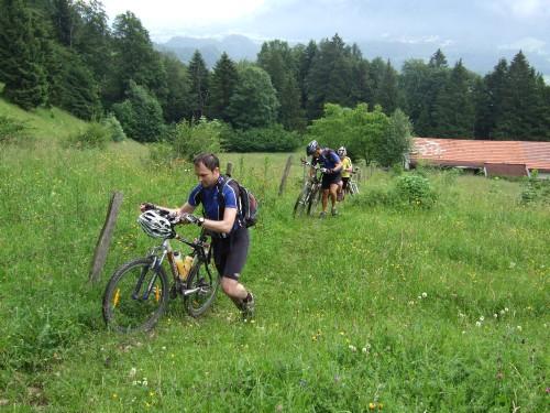 Foto: hofsab / Mountainbike Tour / Rund um und auf die Kampenwand (1664 m) / kurze Schiebestrecke bei der Huberalm / 13.08.2009 20:49:51