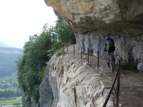 Foto: hofsab / Mountainbike Tour / Raschbergrunde (1390 m) über Blaa-Alm und Ewige Wand / wer kennt sie nicht - die originelle Tunnelkette an der Ewigen Wand / 13.08.2009 20:23:48