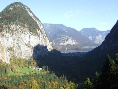 Foto: hofsab / Mountainbike Tour / Rund um den Plassen über Plankensteinalm (1530 m) und Gosauseen / Tiefblick zum Hallstätter See / 25.08.2009 12:54:00