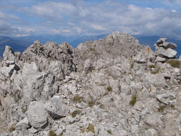 Foto: Manfred Karl / Klettersteig Tour / Simonskopf Südgrat Klettersteig / Am flachen Grat geht es rasch hinüber zum Gipfelkreuz / 18.07.2009 15:03:47