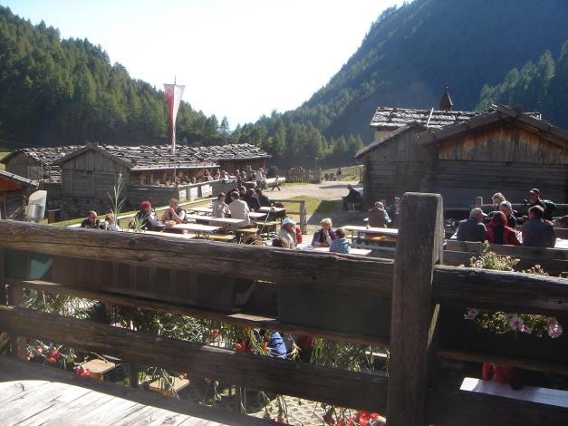 Foto: Manfred Karl / Wander Tour / Wilde Kreuzspitze – Highlight der Pfunderer Berge / Gemütlichkeit auf der Fanealm / 31.08.2009 19:01:00