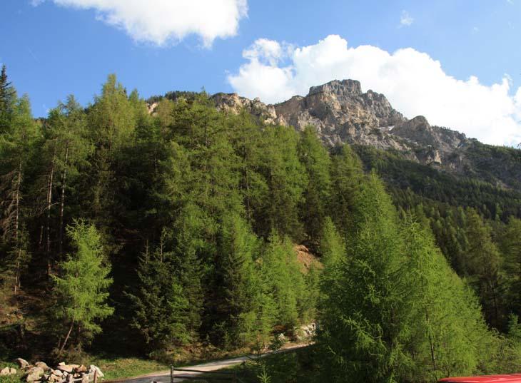 Foto: vince 51 / Wander Tour / Aussichtsbalkon über dem Reschensee / Endkopf vom Startpunkt der Tour an der Brücke über den Karlinbach (Gipfel nicht sichtbar) / 06.07.2009 22:44:16