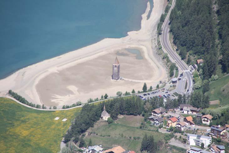 Foto: vince 51 / Wander Tour / Aussichtsbalkon über dem Reschensee / der Kirchturm von Graun, mal nicht mit nassen Füssen, sondern auf dem Trockenen und mit Baugerüst / 06.07.2009 22:40:14
