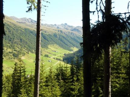 Foto: zaufen / Wander Tour / Aussichtsbalkon über dem Reschensee / Blick vom Aufstiegsweg ins Langtauferstal / 31.12.2012 13:30:54