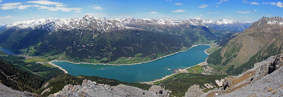 Foto: vince 51 / Wander Tour / Aussichtsbalkon über dem Reschensee / Reschensee-Panorama, ganz links ein Teil des Haider See's / 06.07.2009 22:35:29