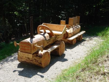 Foto: hanna84 / Wander Tour / Wandern im Naturpark Buchberg / Lustige Holzeisenbahn beim Spielplatz / 09.07.2009 20:30:35