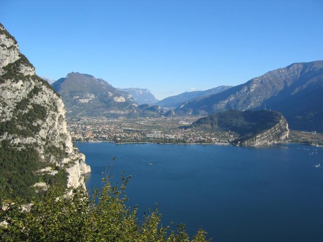 Foto: pepi4813 / Wander Tour / Aussichtsbalkon über dem Gardasee - Punta Larici / Blick von Pregasina Richtung Riva / 10.07.2009 09:11:36
