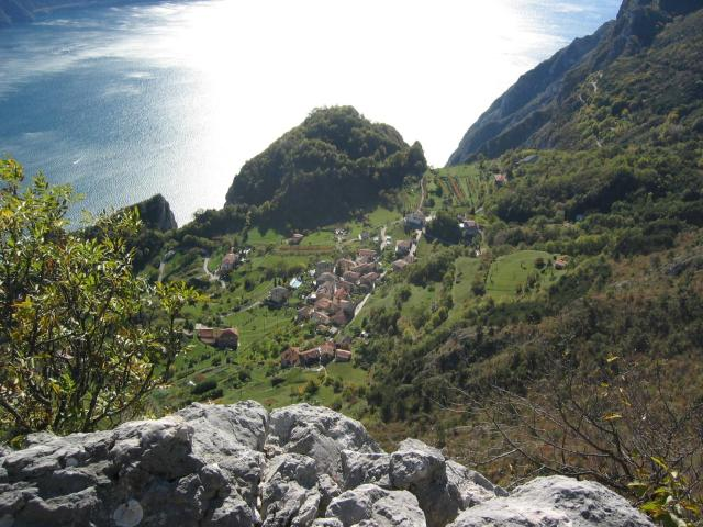 Foto: pepi4813 / Wander Tour / Gratwanderung über dem Gardasee bei Pregasina / Tiefblick vom Monte Nodice auf Pregasina / 10.07.2009 10:20:13