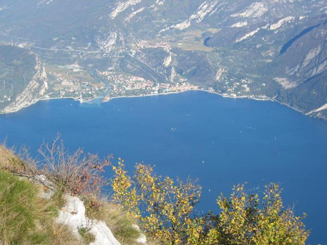 Foto: pepi4813 / Wander Tour / Gratwanderung über dem Gardasee bei Pregasina / Tiefblick nach Torbole / 10.07.2009 10:21:06